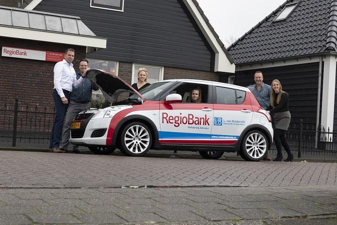 team L van Brederode voor het kantoor in Tuitjenhorn